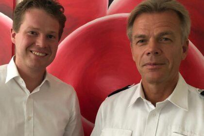 Jörn Schepelmann mit Polizeidirektor Eckart Pfeiffer